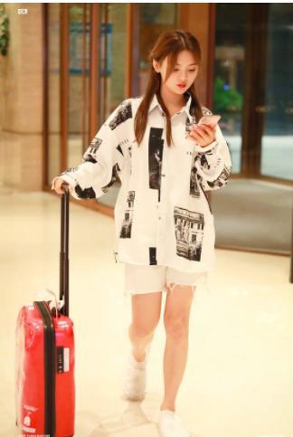 杨超越现身酒店,穿3分裤秀美腿,却被她的鞋子抢镜:模仿不来