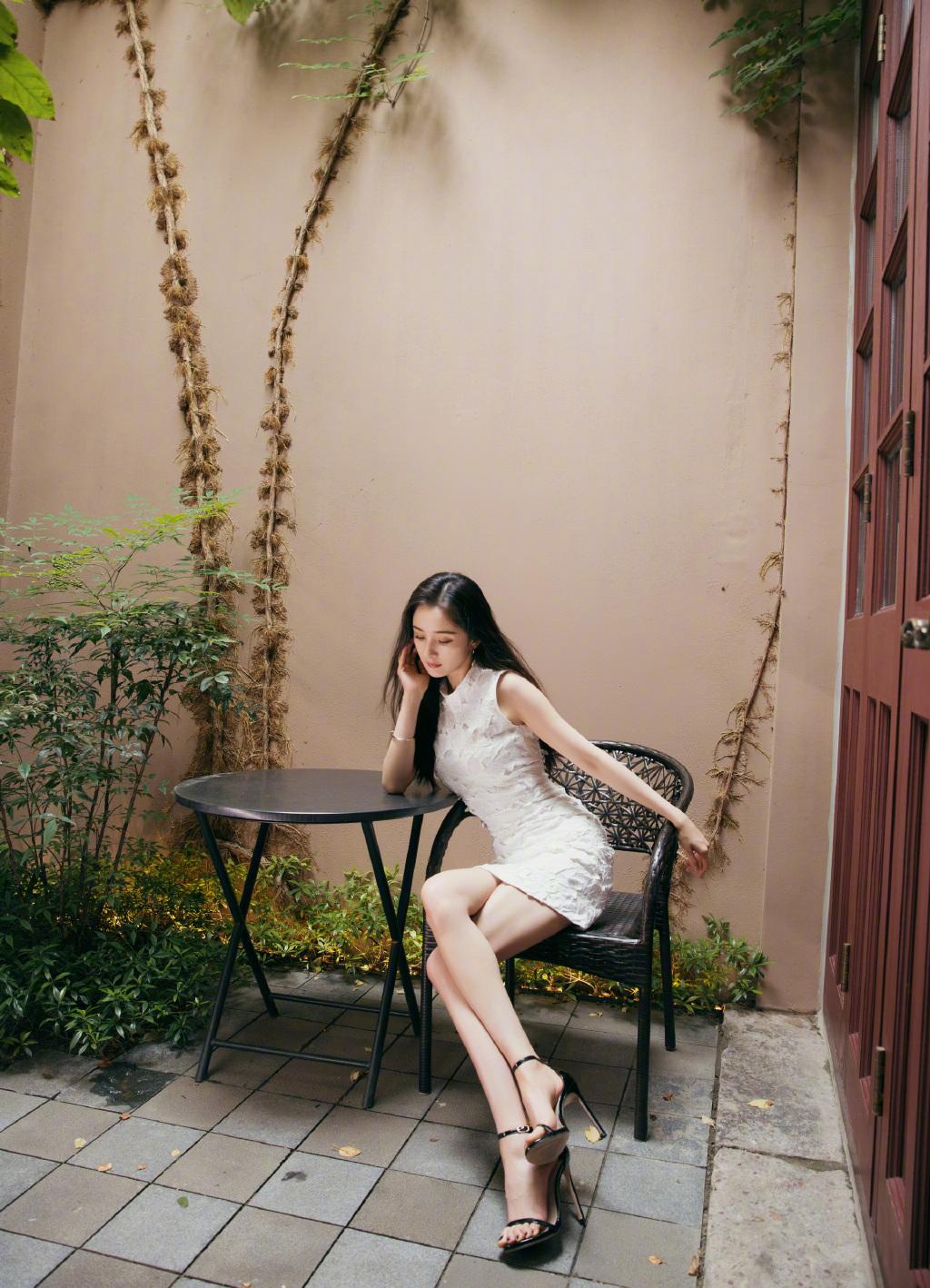杨幂全新写真大秀小鸟腿 穿白裙长发飘逸美丽依旧