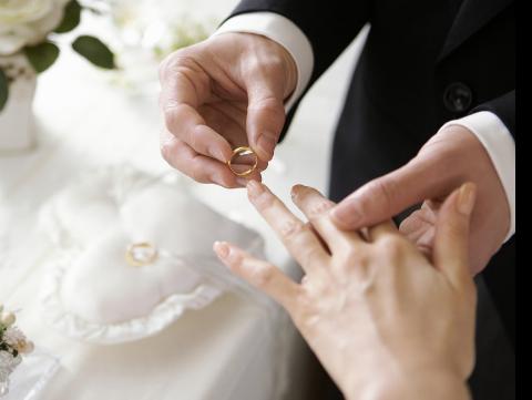够力‼️ 婚礼上伴郎当场『单膝跪』求婚伴娘,新人惨变配角!网怒:好卑鄙Nestia News
