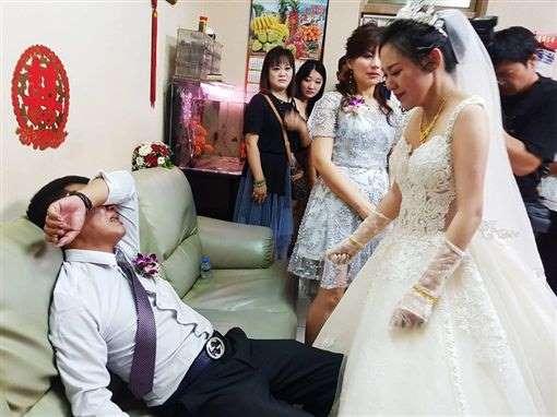 女儿出嫁拜别·父亲掩脸痛哭