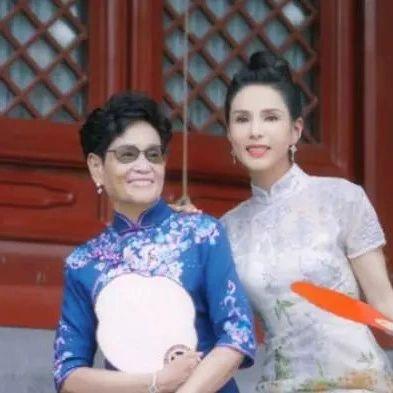 """李若彤和母亲拍旗袍写真照,气质优雅,不愧是""""不老女神"""""""