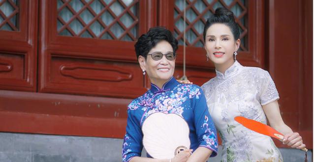 李若彤与妈妈旗袍写真曝光,母女俩罕见同框高颜值气质佳