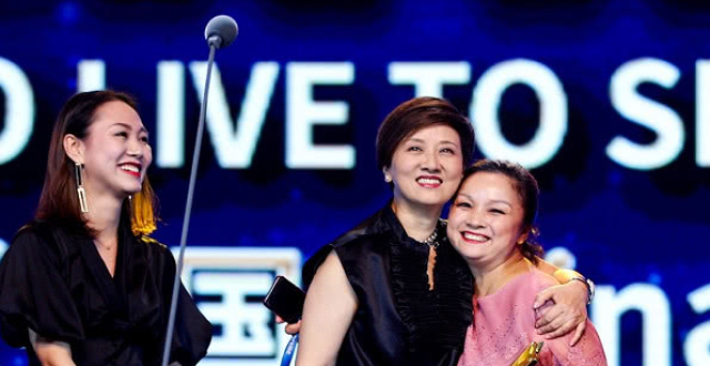 两代王熙凤罕同框,62岁邓婕风姿依旧,大两岁刘晓庆却变样了?