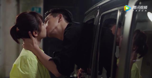 《亲爱的》佟年韩商言车窗吻太甜!偷约会撞见佟爸,两人反应太逗