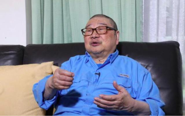 84岁倪匡近照曝光身体硬朗,与老婆结婚60年还像小情侣