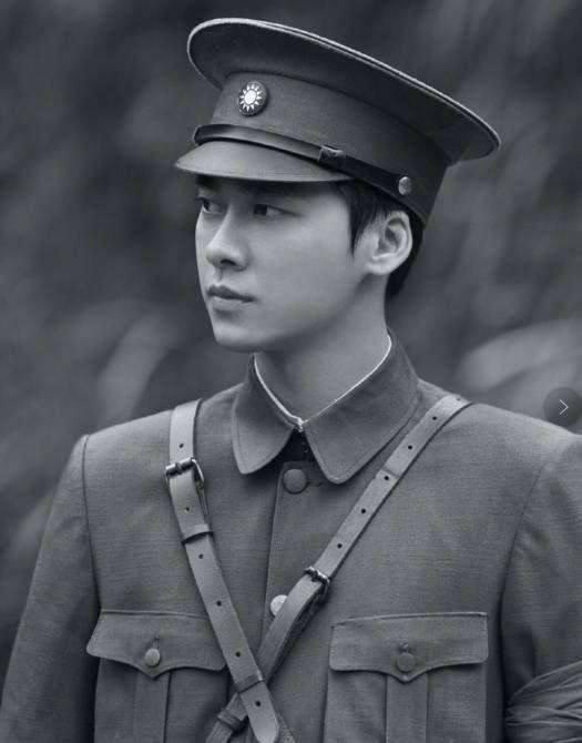 穿上军装的男明星们,张艺兴很有英雄气概,怎么鹿晗穿上就很奇怪