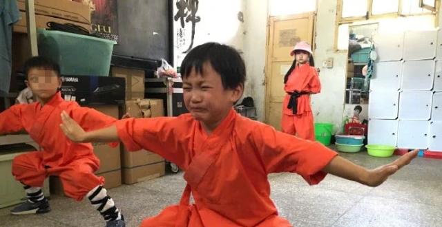 乐嘉再送6岁半女儿上少林寺,灵儿被罚扎马步全程痛哭惹人心疼