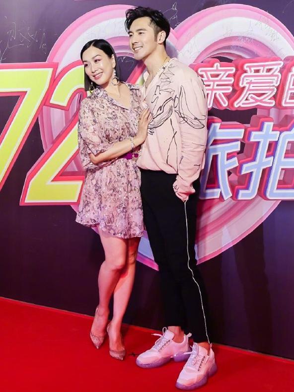 原创 钟丽缇活的真累,为了配张伦硕,49岁还要穿粉色印花裙扮嫩!