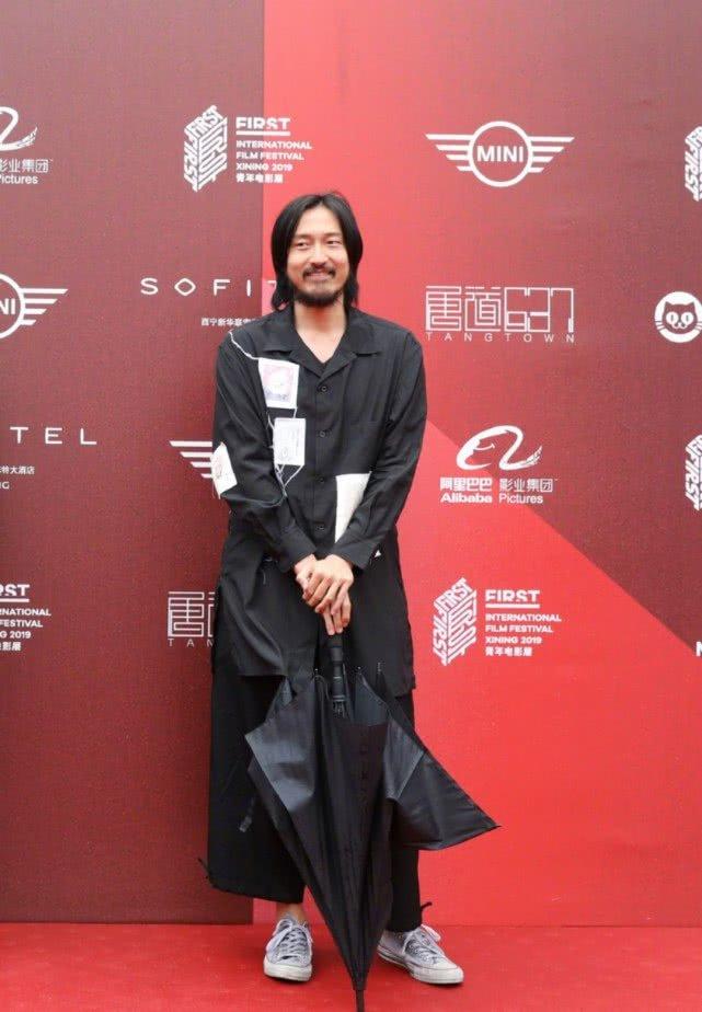 王传君现身青年电影展,红毯造型颓废沧桑,留络腮胡身材发福明显