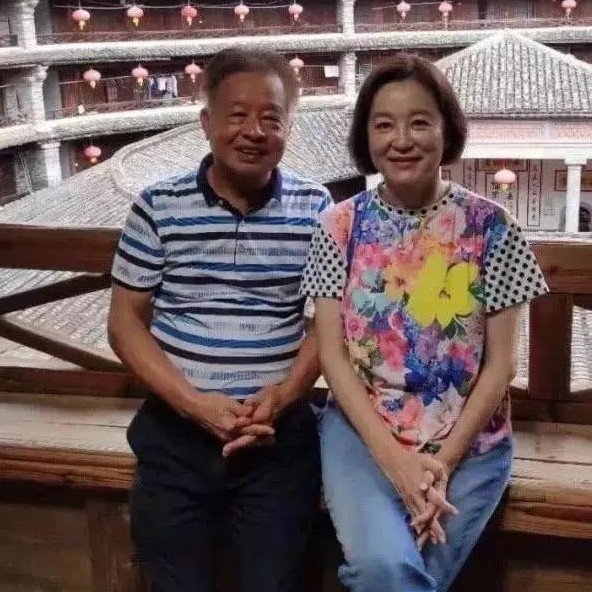 林青霞穿老年装出游,短发发福笑起来像老奶奶,这是65岁真实样子!