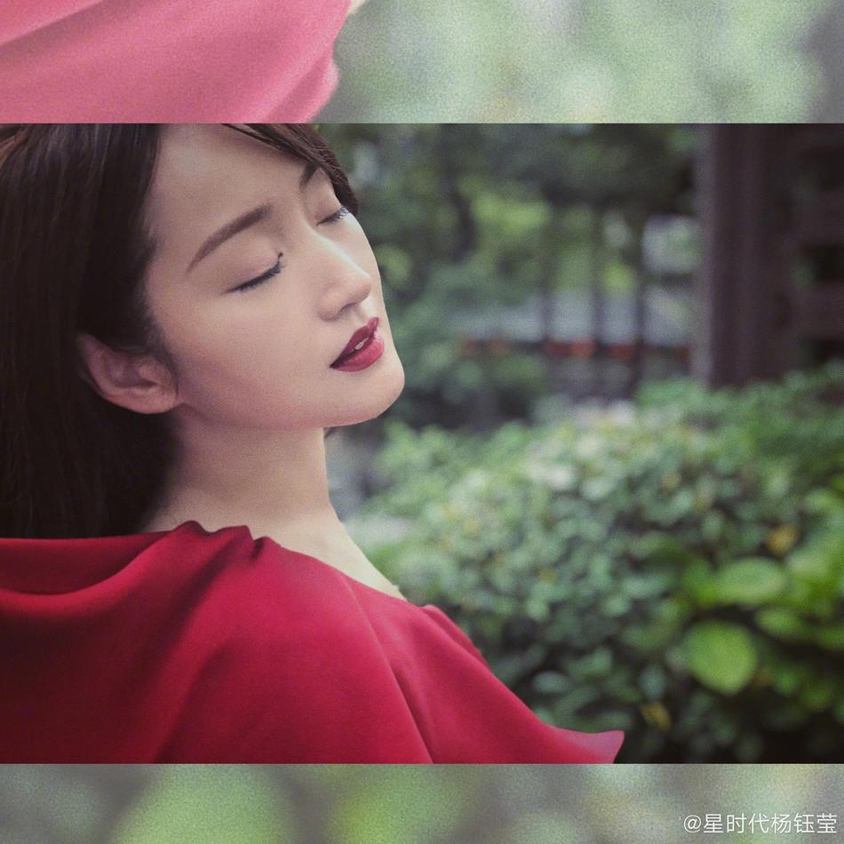 杨钰莹红色露肩裙红唇妆容 眉眼温柔化身江南女子