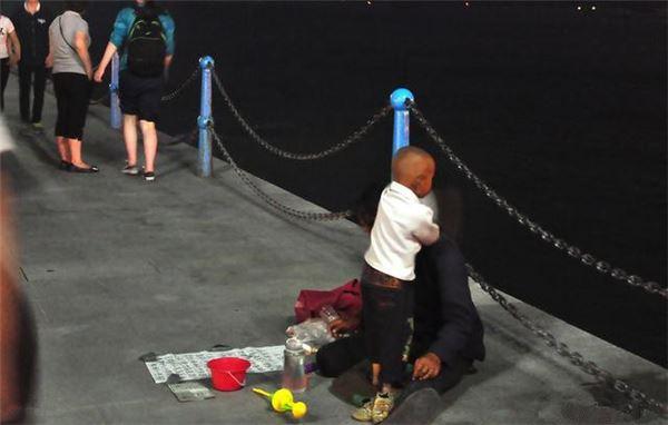 女儿走丢两年,伤心妈妈在街上偶遇讨钱乞丐却认不得,唯有老狗一眼认出小主人!