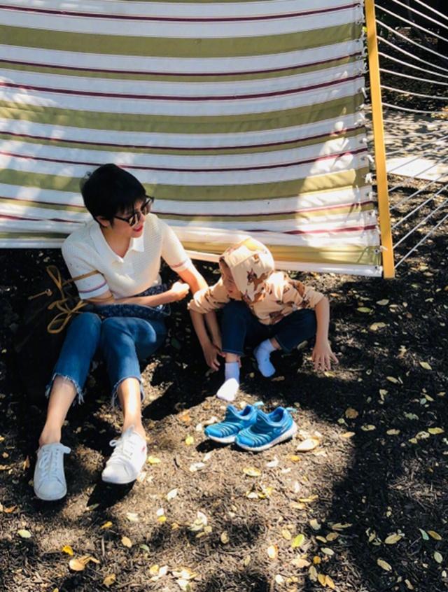 杨乐乐送儿子去美国夏校,四岁小沐沐适应力超强,杨乐乐很开心