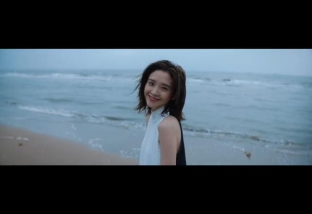 张若昀唐艺昕新婚后首次合体短片曝光,沙滩上浪漫嬉戏狂撒狗粮