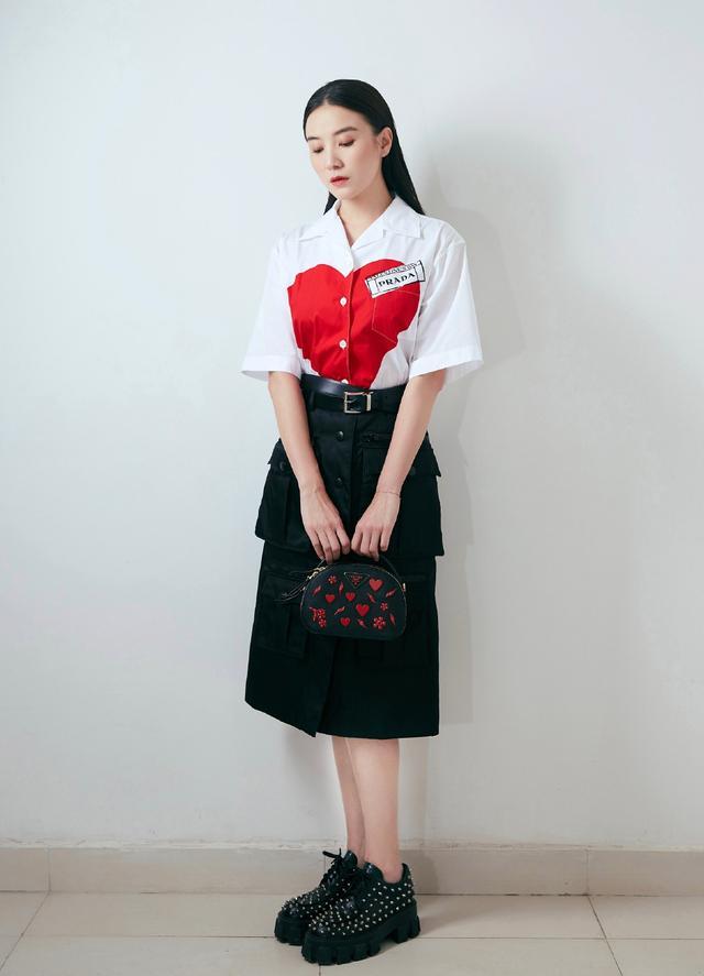 宋佳太会穿了,桃心印花衬衫+工装半身裙,减龄显嫩还满屏高级范