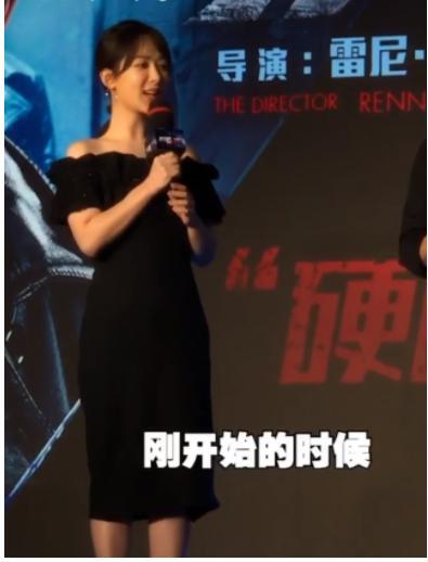 """杨紫首次挑战""""无肩裙"""",看到她抬起胳膊的那刻,网友:不怕掉?"""