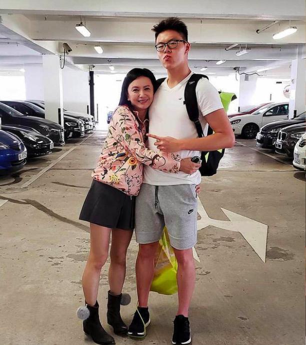 吴君如54岁生日,邱淑贞和梁朝伟前女友来捧场,网友:可惜她不在