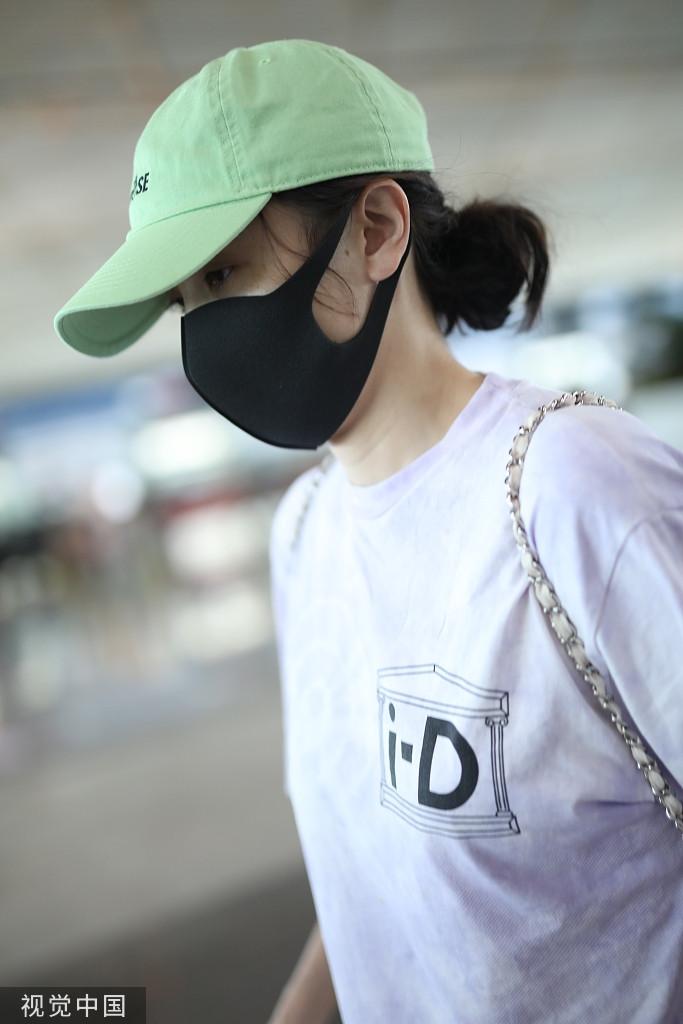 宋佳戴绿色鸭舌帽时尚清新 单身插兜变帅气酷girl