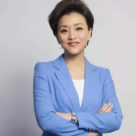 51岁央视主持杨澜近照曝光,身材凹凸有致,还是20年前的模样