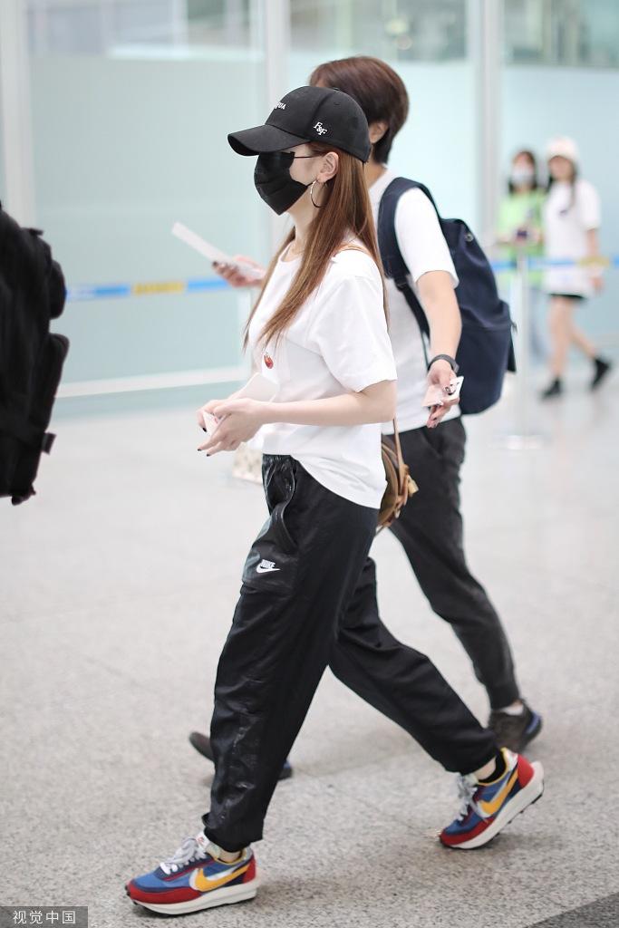 邓紫棋白T黑裤简约不减潮范 帽子口罩遮严实气场强
