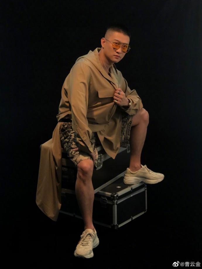 唐菀抱娃素颜现身,从头到脚都是奢侈品,生活潇洒不输前夫曹云金
