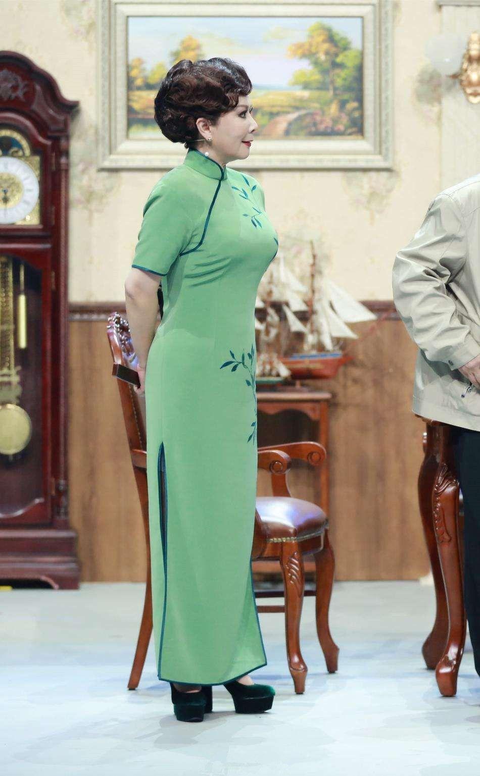 原创 57岁蔡明终于服老!白长褂配白长裙道骨仙风,俨然是位慈祥老奶奶