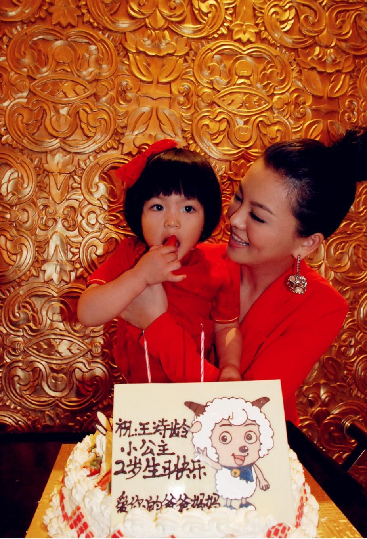 王诗龄出国旅游又全身名牌,包包箱子过万,星二代就属她最公主
