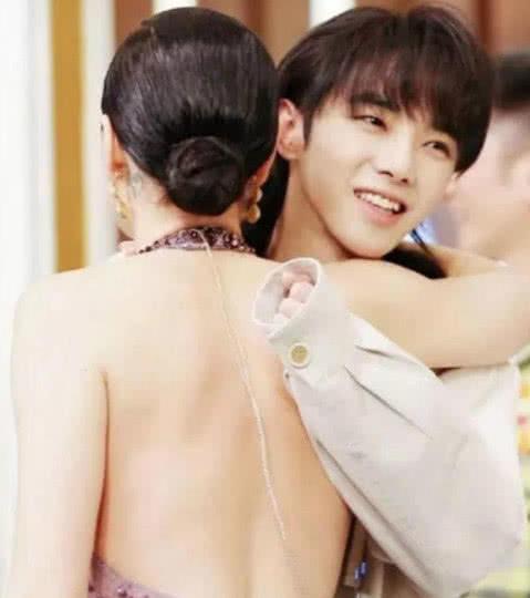 华晨宇拥抱女生,手上的一个小动作大家称赞,网友:火是有道理的
