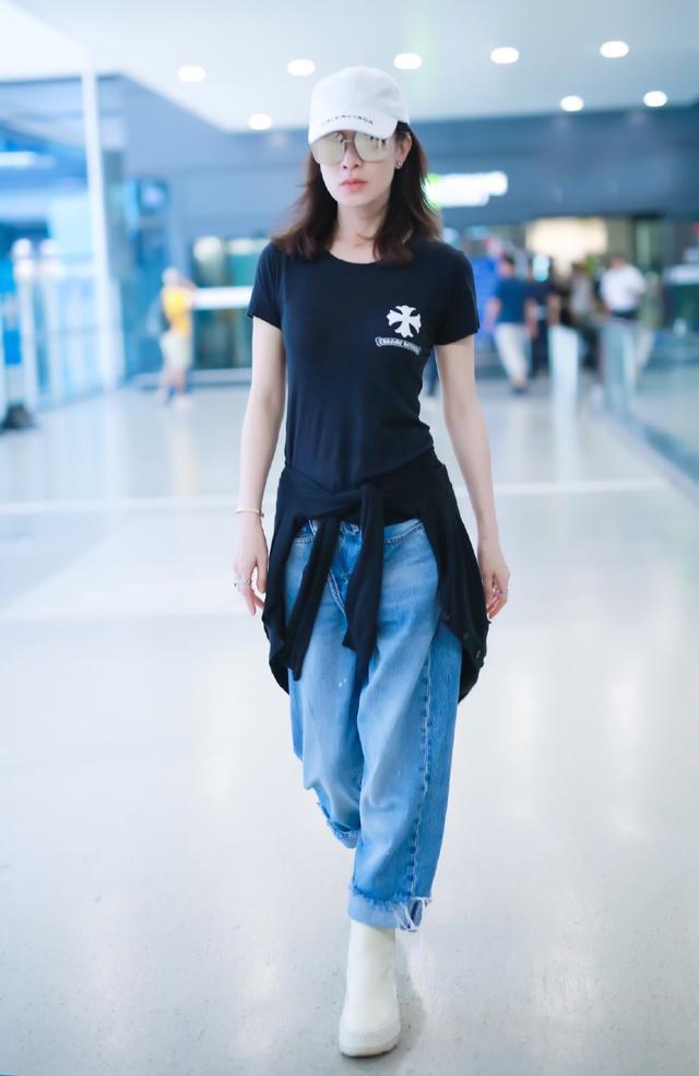 畲诗曼不是一般的瘦,穿黑T配牛仔裤,小腰盈盈一握有20厘米?