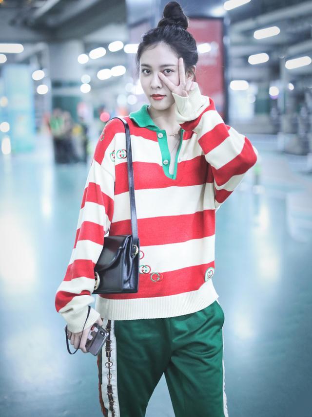 169cm宋妍霏与175cm李宇春,同穿红白条纹衫,不是腿长就能赢