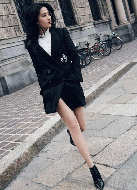 刘亦菲国外街头拍广告 ,生图小腿粗壮,却难掩高颜值