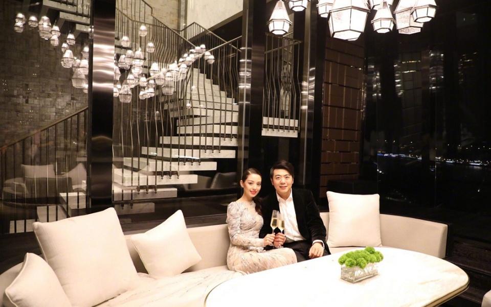 郎朗娇妻首晒二人亲密照,已成中国传统媳妇,出行必有公婆跟随