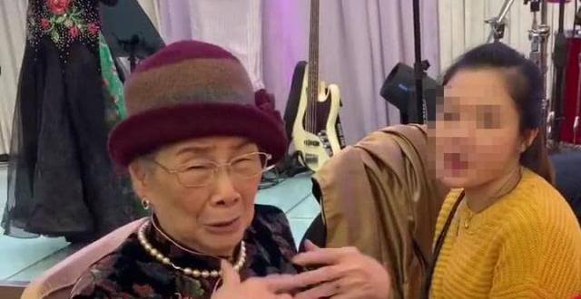 梅艳芳再获奖项!哥哥梅启明一家三口现身领奖,96岁梅妈未出席