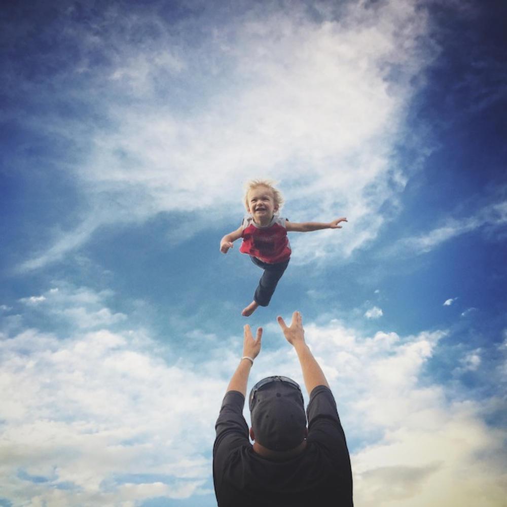 与女儿玩爸爸版过山车差点要call殡仪社?!网民:为孩子付出是值得的!