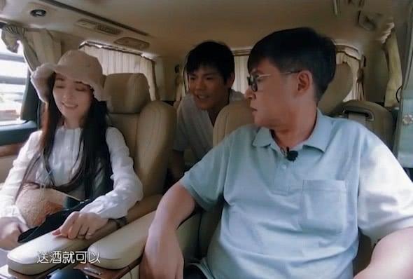 郭碧婷爸爸告诉向佐下次不用送花改送酒,这时有谁注意向太的表情