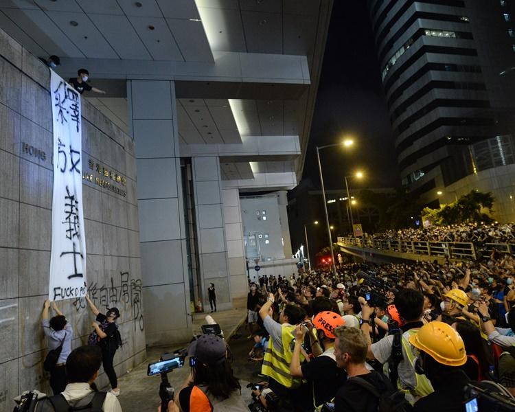 【逃犯条例】6.26围堵警总 警拘3示威者涉刑毁