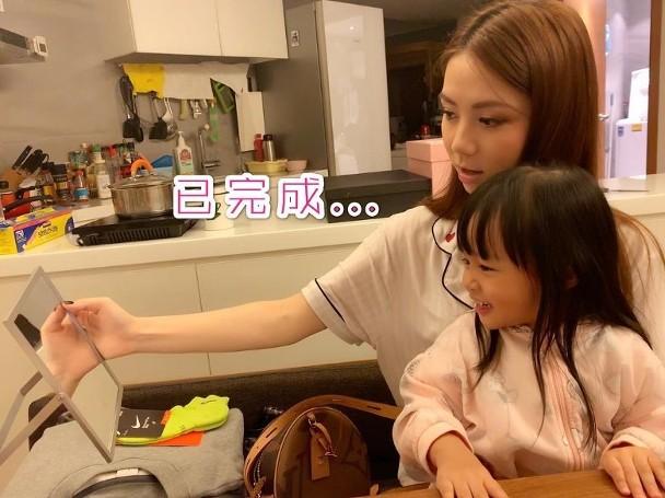 邓紫棋教干女儿化妆 两人一齐画眉乐在其中