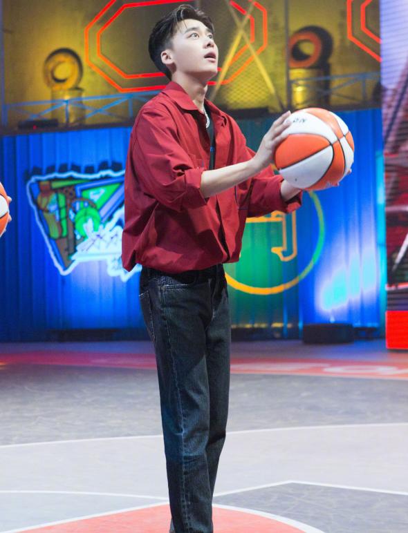李易峰穿黑色牛仔裤,和篮球队员比身高,网友:皮皮峰又上线了!