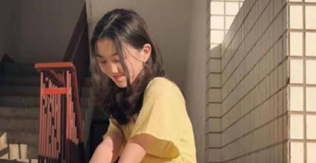王菲带女儿李嫣外出,13岁李嫣超会打扮,气质不输母亲