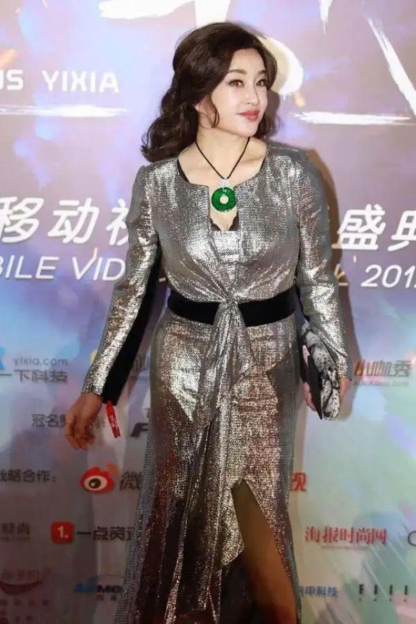 原创 刘晓庆脸垮到不能看,身材也走样,关键是这个岁数了却偏要扮嫩!