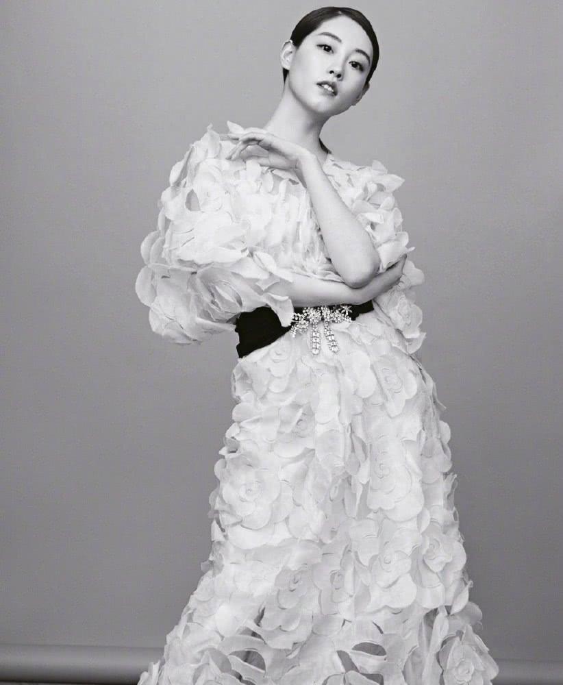 """祝绪丹写真照曝光,穿""""剪纸""""花朵裙配黑色腰带,个性又帅气"""