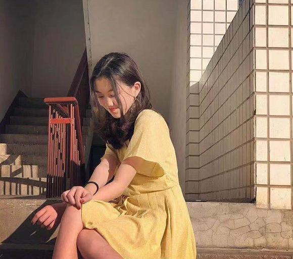 13岁李嫣晒清纯美照扮淑女,用头发遮住嘴巴力求展完美一面