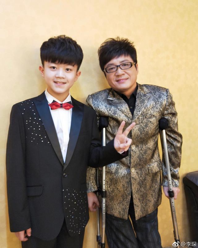 43岁李琛曾拄拐唱红《窗外》,14岁儿子近照曝光,成央视节目常客