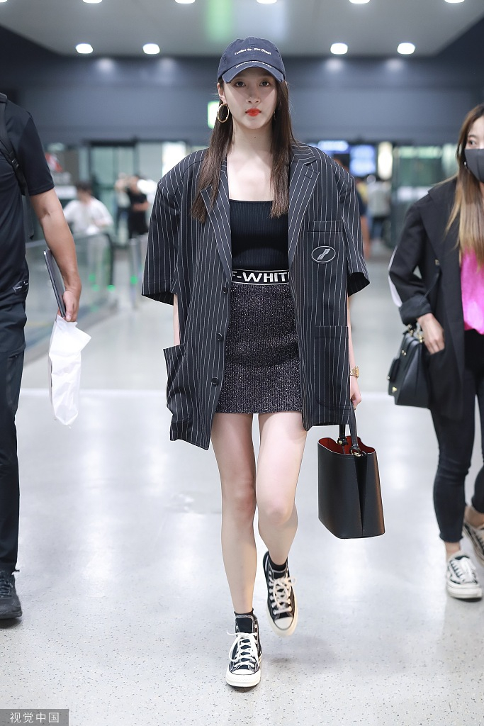 关晓彤宽松西装搭配短裙机场亮相 一双长腿超吸睛