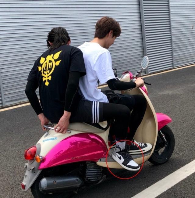 王一博骑摩托带尹正,却被尹正脚上鞋子抢镜,网友:鞋比车贵