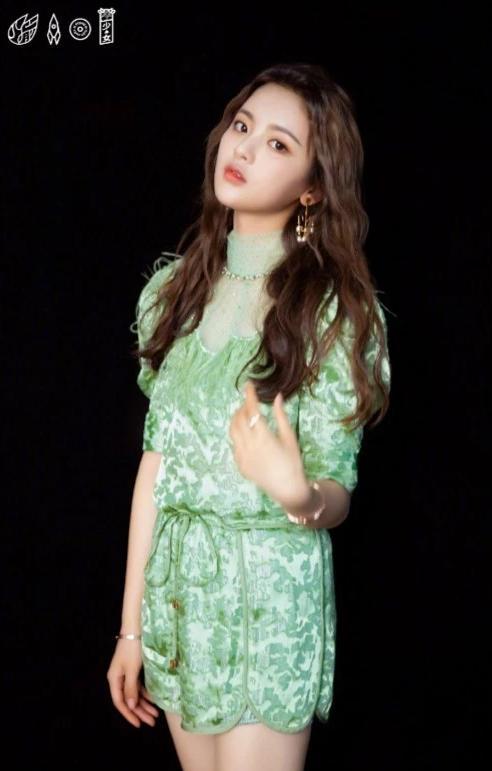 """杨超越带火""""菠菜绿""""裙,看着丑穿上却很美,一般人却不敢驾驭"""