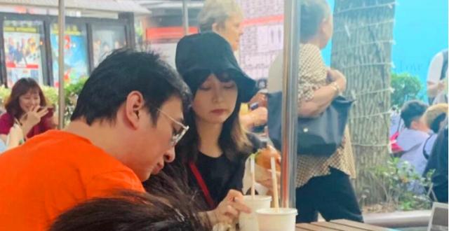 王思聪带美女吃街边摊被偶遇,路人镜头里膀大腰圆胖了一圈