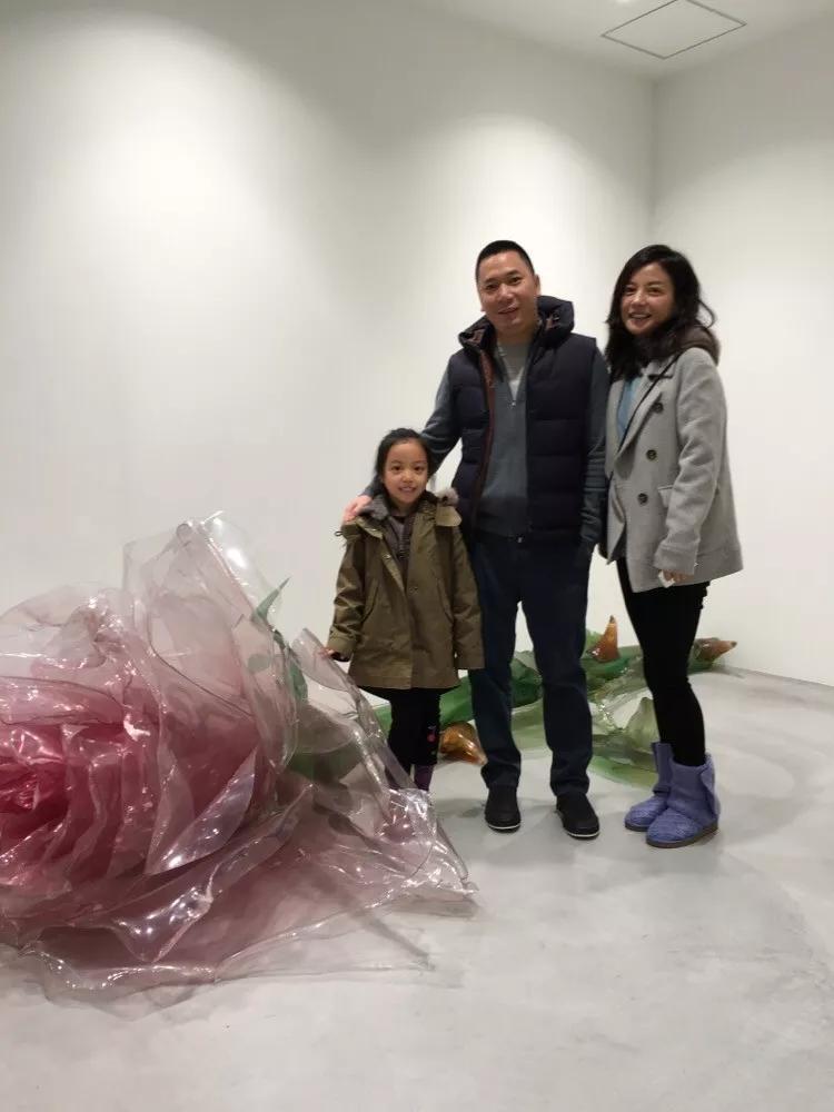 原创 赵薇带女儿低调现身机场,素颜难掩疲惫,这个举动被赞教女有方