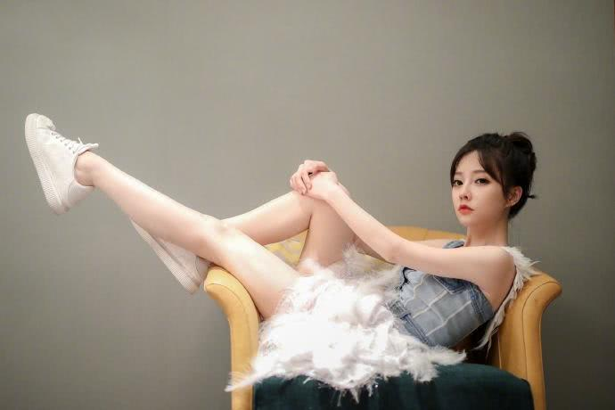 演唱会后冯提莫再发写真,网友看得直流口水,这腿是认真的吗?