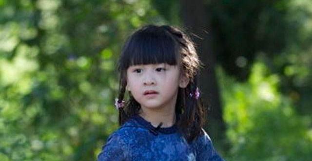 黄磊晒女儿画作《跷二郎腿的女人》,妹妹却意外撞脸森碟